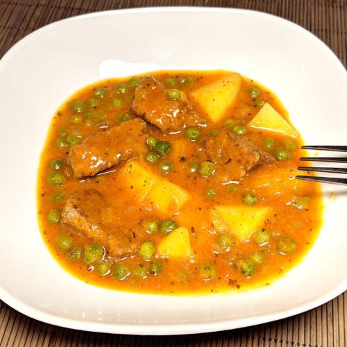 Estofado de ternera con patatas y guisantes (spezzatino con patate e piselli)